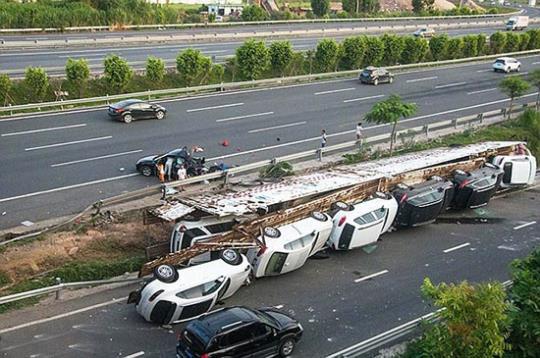 کامیون حمل خودرو پورشه چپ کرد